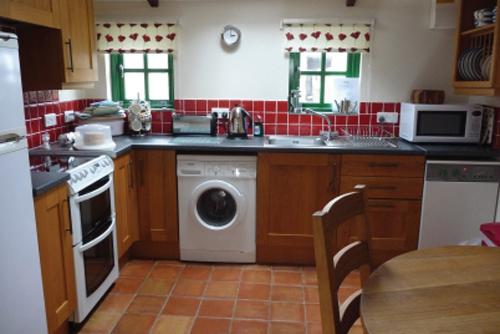 St-Davids-Peninsula-Cottages-Bwthyn-Bach-Kitchen